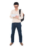 Asiatisk vuxen student som använder minnestavlaPC Royaltyfri Bild