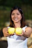 Asiatiska äpplen för kvinnainnehavgräsplan Arkivfoto