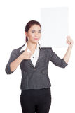 Asiatiska affärskvinnatummar rymmer upp en vertikal bla Royaltyfria Bilder