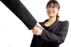 Asiatiska affärskvinnor skakar handen med partnerjobbframgång Royaltyfri Fotografi