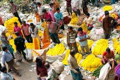 Asiatiska affärsmän säljer blommorna på marknadsföra Arkivfoto