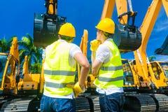 Asiatiska arbetare på konstruktionsplats Fotografering för Bildbyråer
