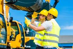 Asiatiska arbetare på konstruktionsplats Royaltyfria Foton