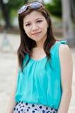 asiatiska attraktiva sunglass som slitage kvinnan Arkivbild