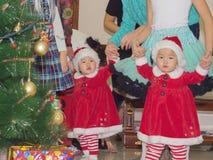 Asiatiska barn behandla som ett barn flickor kopplar samman tillsammans på berömjul Arkivfoto