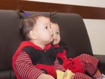 Asiatiska barn behandla som ett barn flickor tillsammans på berömjul Royaltyfri Bild