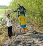 Asiatiska barn, bong dien dien, den Sesbania sesbanaen, den Mekong deltan Arkivbilder