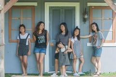 Asiatiska barn för fors och kvinnastående Arkivfoto