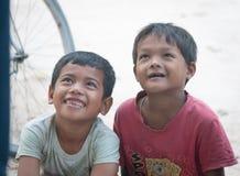 Asiatiska barn har gyckel på det vietnamesiska landet Arkivfoton
