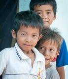 Asiatiska barn har gyckel på det vietnamesiska landet Royaltyfri Fotografi