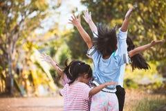 Asiatiska barn lyfter händer och att spela samman med gyckel Arkivbilder