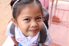 Asiatiska barn och älskvärt gulligt i skolalikformig Royaltyfri Fotografi