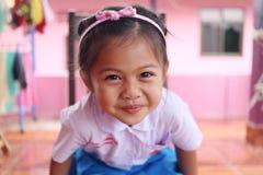 Asiatiska barn och älskvärt gulligt i skolalikformig Arkivbilder