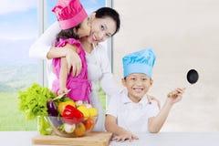 Asiatiska barn och mamma som är klara att laga mat Royaltyfri Bild