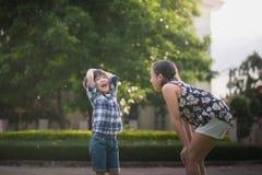 Asiatiska barn som spelar i parkera Royaltyfri Fotografi