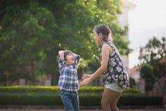 Asiatiska barn som spelar i parkera Fotografering för Bildbyråer