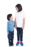 Asiatiska barn som tillsammans rymmer handen Arkivfoton
