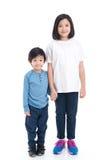 Asiatiska barn som tillsammans rymmer handen Royaltyfri Bild