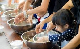 Asiatiska barn som tycker om bildande matlagninggrupp Arkivbild