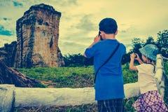 Asiatiska barn tar fotoet vid kameran Arg process och tappning t Fotografering för Bildbyråer