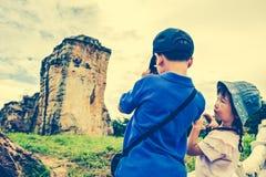 Asiatiska barn tar fotoet vid kameran Arg process och tappning t Royaltyfri Bild