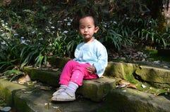 Asiatiska barn tycker om solsken Arkivfoton