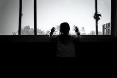 Asiatiska barnflickor står i mörkret Royaltyfri Bild