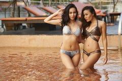 Asiatiska bikinimodeller fotografering för bildbyråer