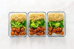 Asiatiska bollar för stilhönakött med broccoli och ris i ett tagande Royaltyfria Bilder