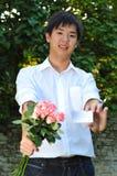 asiatiska bukettblommor som rymmer mannen smart Royaltyfri Foto