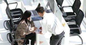Asiatiska businesspeople som diskuterar om arbete stock video