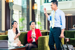 Asiatiska businesspeople som har möte Arkivfoton