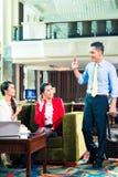 Asiatiska businesspeople som har möte Arkivfoto