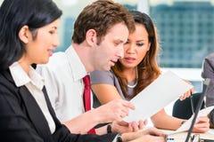 Asiatiska Businesspeople som har möte i regeringsställning Arkivbilder