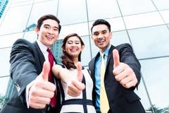 Asiatiska businesspeople utanför framme av skyskrapan Royaltyfri Fotografi