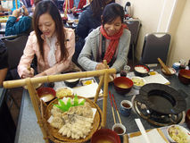 Asiatiska damer har lunch i japansk restaurang Royaltyfri Fotografi