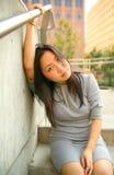 asiatiska den utomhus- modeflickan sitter barn royaltyfri bild