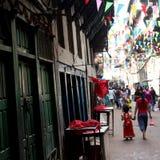 Asiatiska familjer undersöker färgglade gator Royaltyfri Fotografi