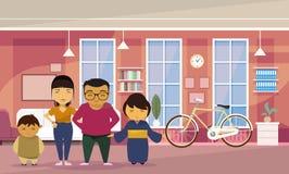 Asiatiska familjföräldrar med hemmastadd vardagsrumbakgrund för två ungar royaltyfri illustrationer