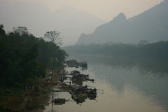 Asiatiska fiskare som bor vid floden Arkivbilder