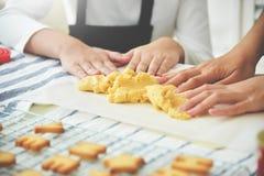 Asiatiska flicka- och kvinnahänder som knådar deg i köket Arkivfoton