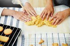 Asiatiska flicka- och kvinnahänder som knådar deg i köket Royaltyfri Fotografi