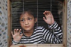 Asiatiska flickabarn i buren Royaltyfri Bild