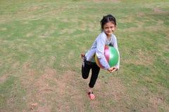Asiatiska flickor har gyckel med färgrika bollar Royaltyfri Foto