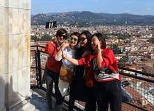 Asiatiska flickor i Florence, Italien Fotografering för Bildbyråer