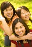 asiatiska flickor lyckliga tre Arkivfoto