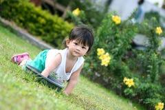 Asiatiska flickor som spelar i gräsmattan Royaltyfria Foton
