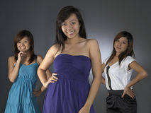 asiatiska flickor som tillsammans poserar tre Royaltyfri Bild