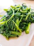 Asiatiska grönsaker som stekas med vitlök Arkivfoto