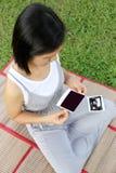Asiatiska gravida kvinnor showultraljud somfilmen behandla som ett barn bilden på henne, är Royaltyfri Bild